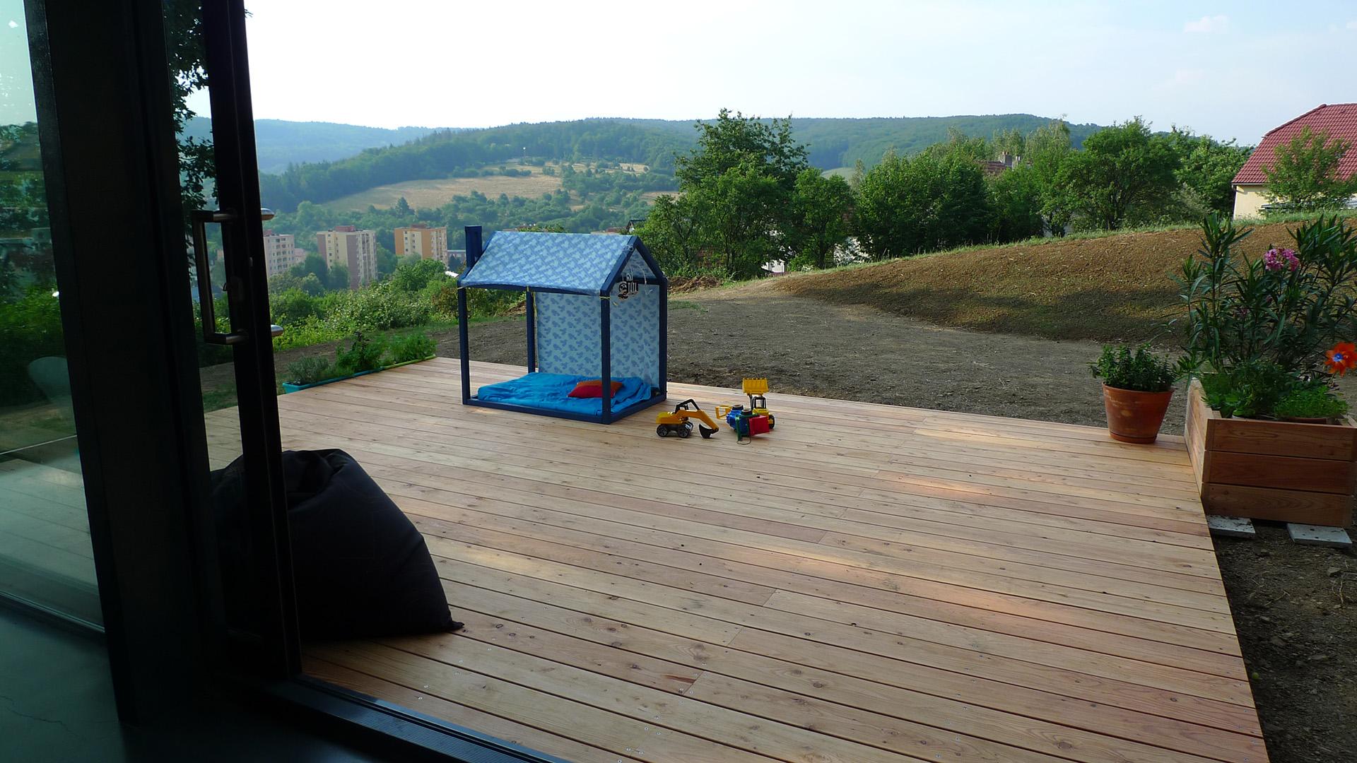 Terasa s dřevěným domečkem pro děti